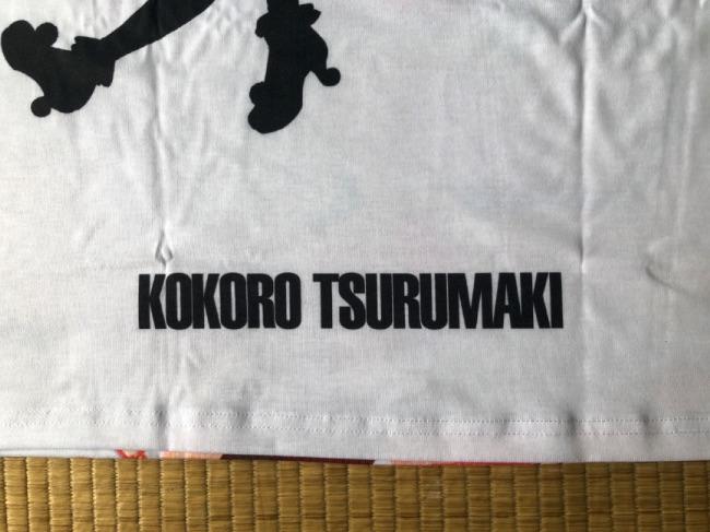 アムニバスバンドリシャツの裏側の「KOKORO TSURUMAKI」